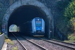 斯维塔维,捷克-在隧道设置的火车 在路线捷克特热博瓦-布尔诺的客车 火车公司捷克铁路 免版税图库摄影