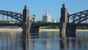 斯莫尔尼宫大教堂和Bolsheokhtinsky桥梁 晴朗的劳动节 桥梁okhtinsky彼得斯堡俄国圣徒 股票视频