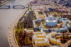 斯莫尔尼宫大教堂钟楼的鸟瞰图,在位于市的一个华美的晴天期间圣彼德堡 免版税库存照片