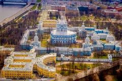 斯莫尔尼宫大教堂钟楼的鸟瞰图,在位于市的一个华美的晴天期间圣彼德堡 免版税库存图片