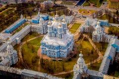斯莫尔尼宫大教堂钟楼的鸟瞰图,在位于市的一个华美的晴天期间圣彼德堡 库存照片