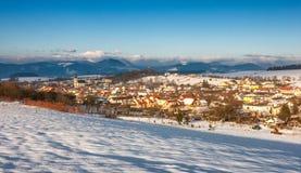 斯诺伊与罗西娜村庄的冬天风景在Zilina镇附近 免版税库存图片