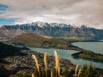 斯诺伊与镇和湖的山脉 免版税库存图片