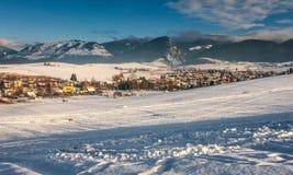 斯诺伊与Visnove村庄的冬天风景在Zilina镇附近 免版税库存图片