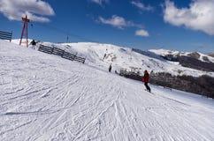 斯诺伊倾斜在3-5 Pigadia滑雪中心, Naoussa,希腊 免版税库存图片
