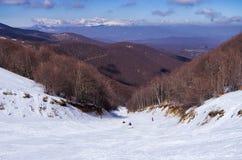斯诺伊倾斜在3-5 Pigadia滑雪中心, Naoussa,希腊 库存照片