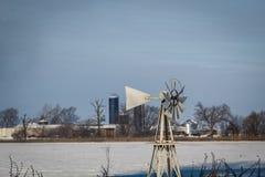 斯诺伊冬天与风车,邦德县,伊利诺伊的奶牛场场面 库存照片