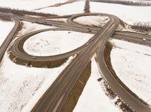 斯诺伊和冻冬天路有一辆移动的汽车的对此 免版税库存照片
