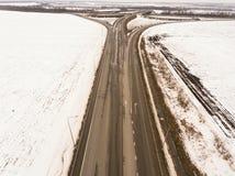 斯诺伊和冻冬天路有一辆移动的汽车的对此 库存图片