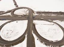 斯诺伊和冻冬天路有一辆移动的汽车的对此 免版税图库摄影