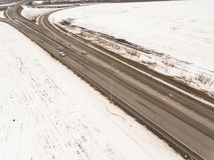 斯诺伊和冻冬天路有一辆移动的汽车的对此 免版税库存图片