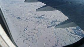 斯诺伊土地在飞机的窗口里