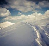 斯诺伊在山的冬天风景 免版税库存照片