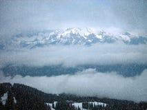 斯诺伊在山的冬天风景 库存图片