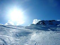 斯诺伊在山的冬天风景 免版税图库摄影