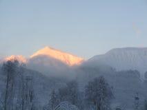 斯诺伊在日落的山上面 免版税库存图片