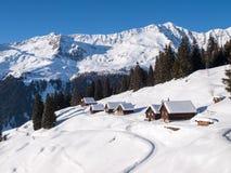 斯诺伊在木头的山瑞士山中的牧人小屋 库存图片