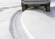 斯诺伊在汽车之后的冬天路 免版税库存图片