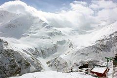 斯诺伊在滑雪场的山坡 免版税库存照片