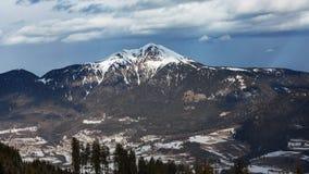 斯诺伊在白云岩的山峰 空的滑雪倾斜在冬天在一个晴天 准备滑雪倾斜, Alpe Cermis,意大利 免版税库存图片