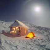 斯诺伊在Hoverla下的冬天房子 库存图片