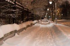 斯诺伊夜路在城市 灯笼明亮的光  horizonta 免版税库存照片