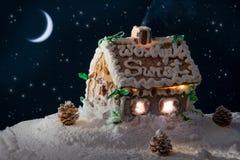 斯诺伊姜饼家和月亮 免版税图库摄影