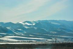 斯诺伊山'Alatau' 照明设备在中午 防御cesky遗产krumlov季节春天查看世界 在山'天山的脚 ` 免版税库存照片