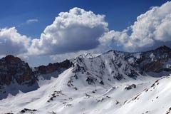 斯诺伊山和蓝天与云彩在太阳天 免版税图库摄影