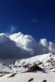 斯诺伊山和蓝天与云彩 免版税库存照片