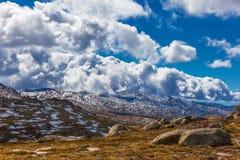 斯诺伊山和蓬松云彩美好的风景 澳洲 库存照片
