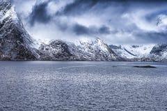 斯诺伊山在海滨海岸线的春天在挪威 图库摄影