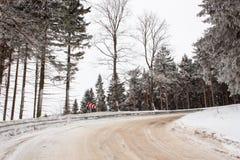 斯诺伊山路 冰的风险 道路在多雪的森林 免版税库存照片