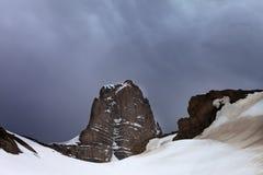 斯诺伊岩石和暴风云 免版税库存图片