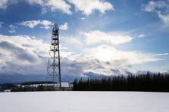 斯诺伊有发射机的冬天在电信的国家和天线耸立 免版税库存图片