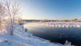 斯诺伊有灌木的冬天在小河的森林和树开户,俄罗斯,乌拉尔 库存照片