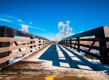 斯诺伊木桥在冬天 免版税库存图片