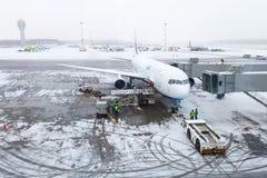 斯诺伊机场,飞机,个人和服务汽车 免版税库存图片