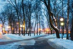 斯诺伊根据灯笼的市公园晚上在戈梅利,白俄罗斯 库存照片