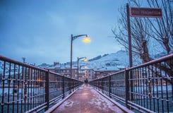 斯诺伊桥梁,走在光中,走在雪中 免版税库存图片