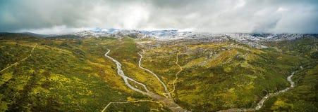 斯诺伊河和山空中全景在澳大利亚阿尔卑斯, 免版税库存图片