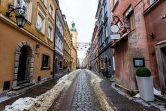 斯诺伊胡同在装饰期间的1月,中间冬天,圣诞节街市华沙仍然是  库存照片