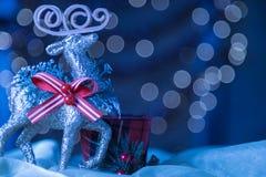 斯诺伊蓝色特写镜头驯鹿装饰品圣诞节Bokeh背景 免版税库存照片