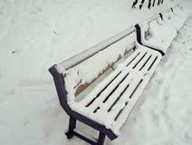 斯诺伊长凳在城市公园 库存照片