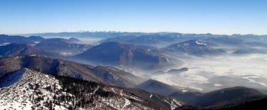 斯诺伊风景小山和谷全景视图  免版税库存图片