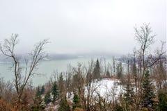 斯诺伊风景 湖Plastira在冬天 希腊 图库摄影