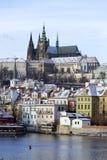 斯诺伊结冰布拉格有哥特式城堡的一点镇在河伏尔塔瓦河,捷克共和国上 免版税库存照片