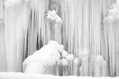 斯诺伊结冰的冰柱 免版税库存照片