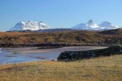 斯诺伊Stac Pollaidh,Cul Beag和从Achnahaird海湾的Cul平均观测距离 库存照片