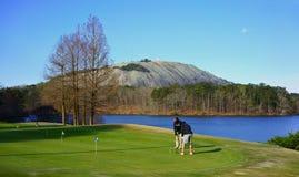 斯通山,乔治亚,美国- 2019年3月19日:湖边高尔夫球 免版税图库摄影